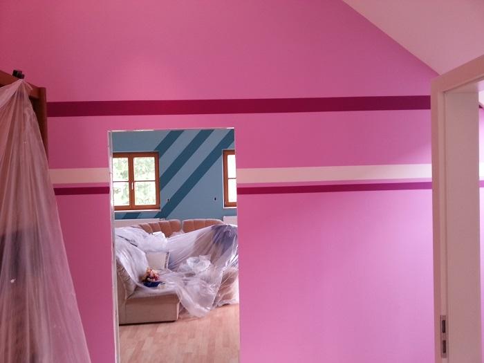 Professionelle Wandgestaltung eines Kinderzimmers mit verschiedenen Farbelementen und -abstufungen