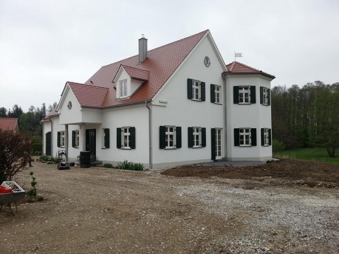 Schönes Beispiel einer professionellen Grundierung der kompletten Fassadenfläche mit anschließender Endbeschichtung